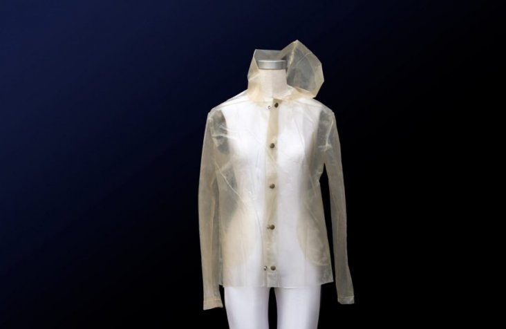 algae-bioplastics-raincoat